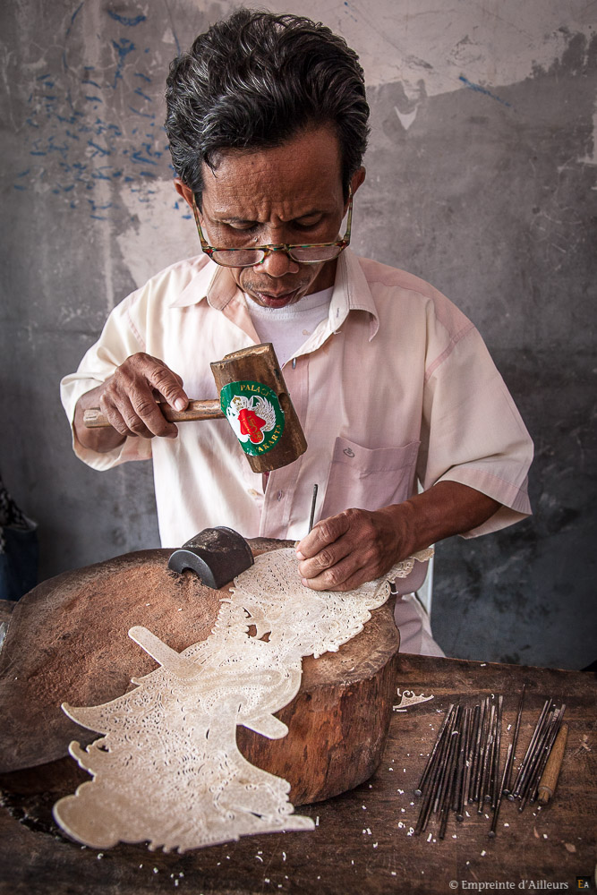Artisan créateur de marionnette Wayang Kulit
