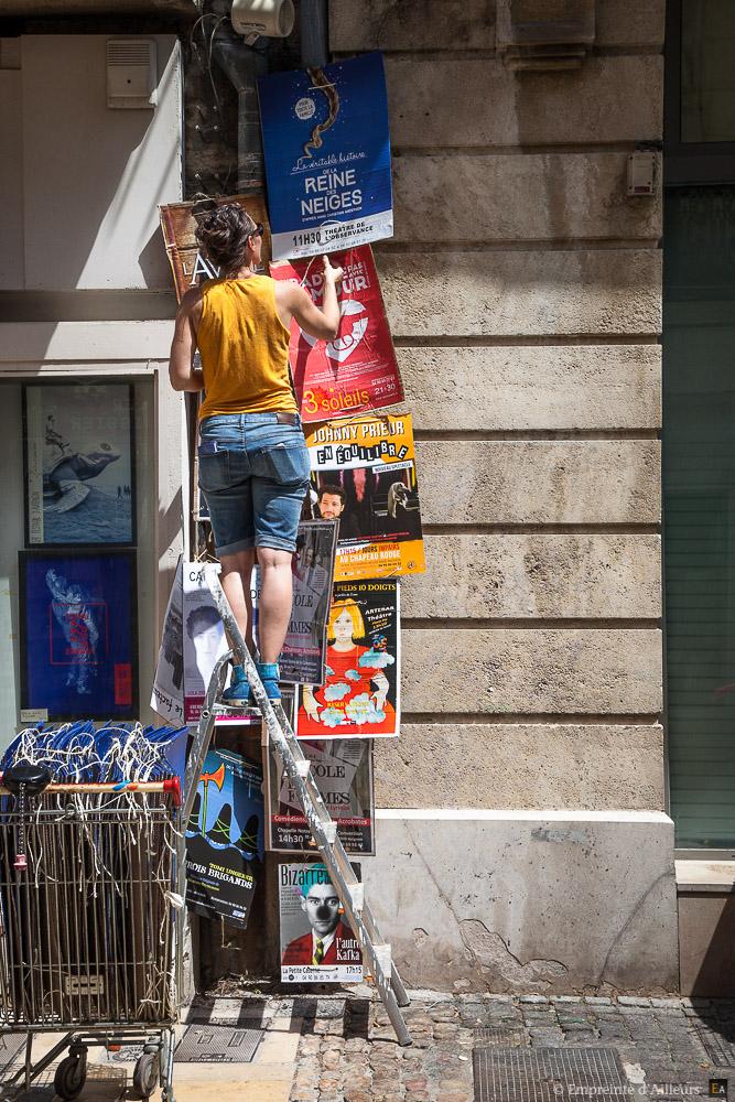 Poseuse d'affiche au Festival d'Avignon