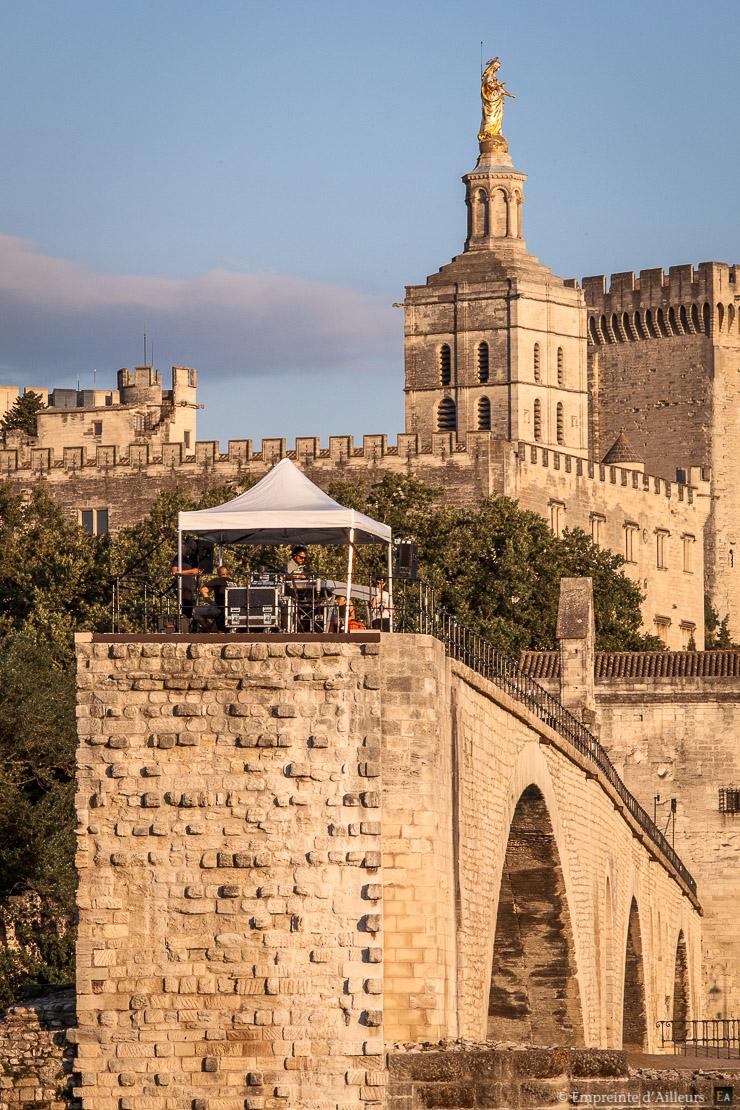 Dj Rebolledo musique électronique sur le Pont d'Avignon