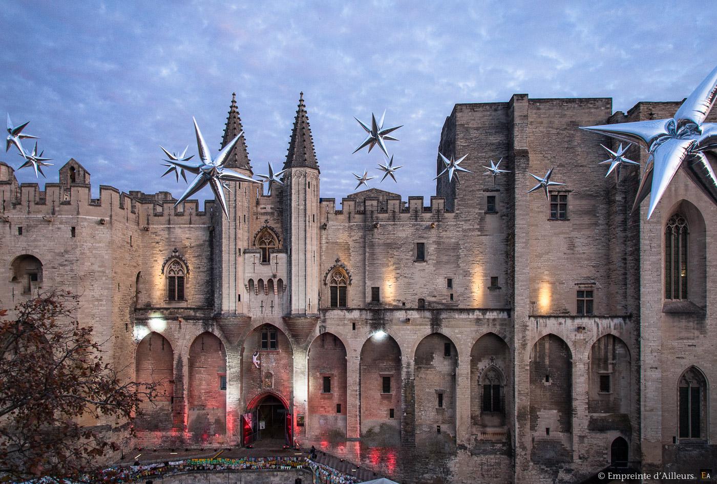 Installation de ballon étoile pour le Téléthon 2015 au Palais des Papes d'Avignon. Antoine Le Menestrel escalade la façade du Palais