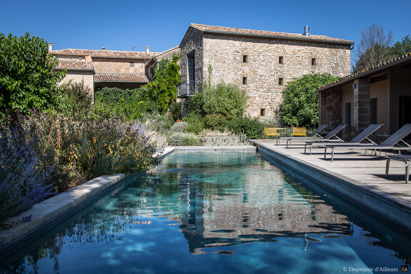 Bastide de provence en pierre empreinte d 39 ailleurs for Bastide au jardin secret