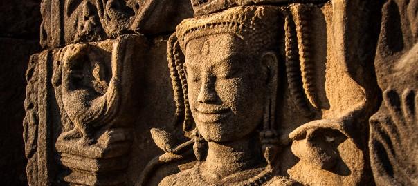 Sur un bas relief du temple bouddhiste de Preah Khan, construit ver 1190, une Apsara, nymphe céleste, et son sourire mystérieux.