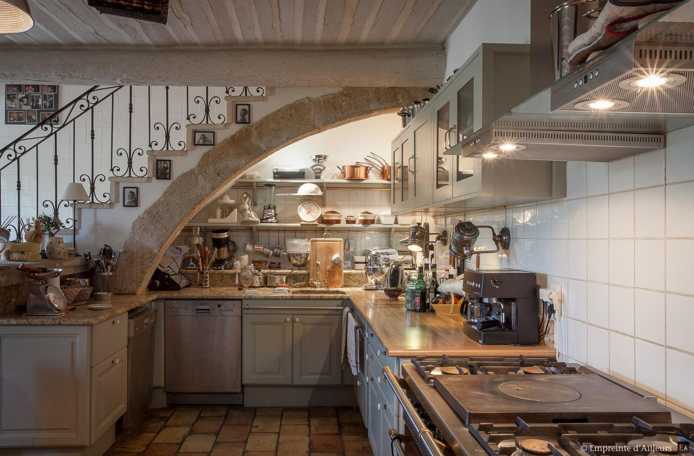 Dans la cuisine empreinte d 39 ailleurs photographie for Decoration interieur maison provencale
