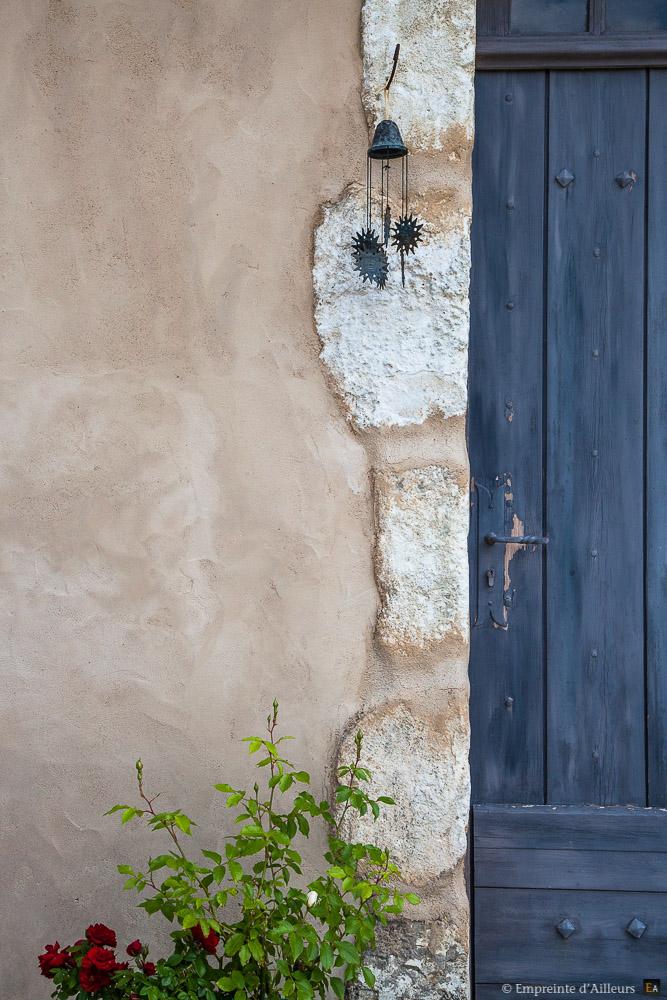 Façade provençale porte bleue