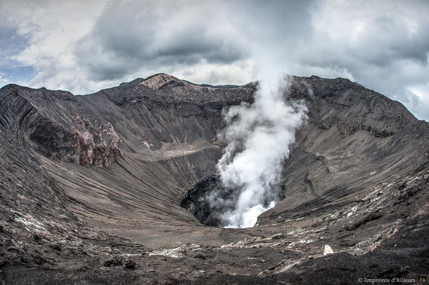 Cratère en activité du volcan du Mont Bromo