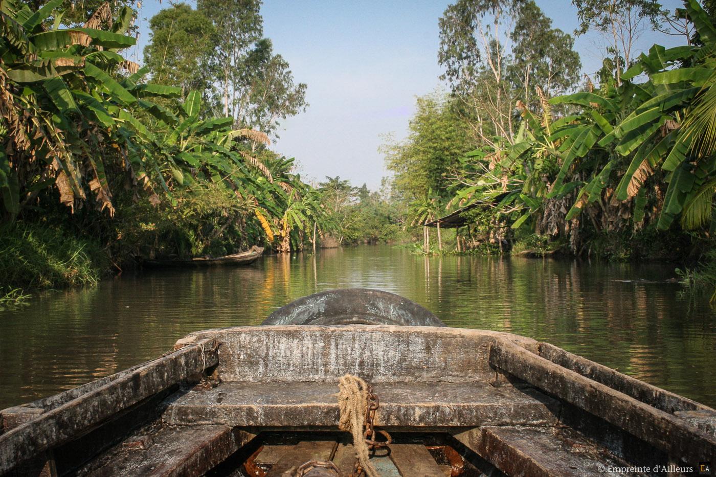 Barque sur un canal du delta du Mékong