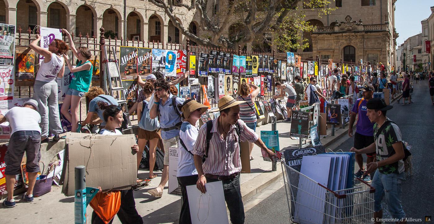 La pose des affiches du festival d 39 avignon for Ouverture castorama avignon