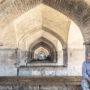 Penseur sour les arches du pont de Khaju